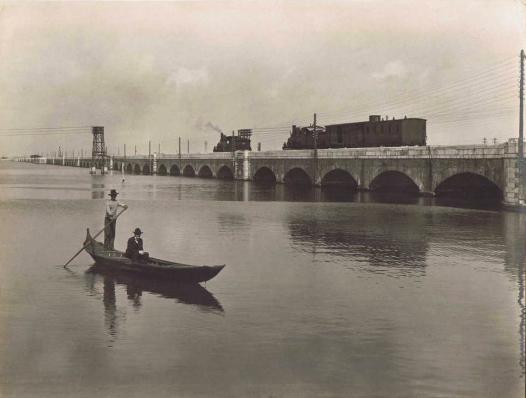 Puente ferroviario sobre la laguna